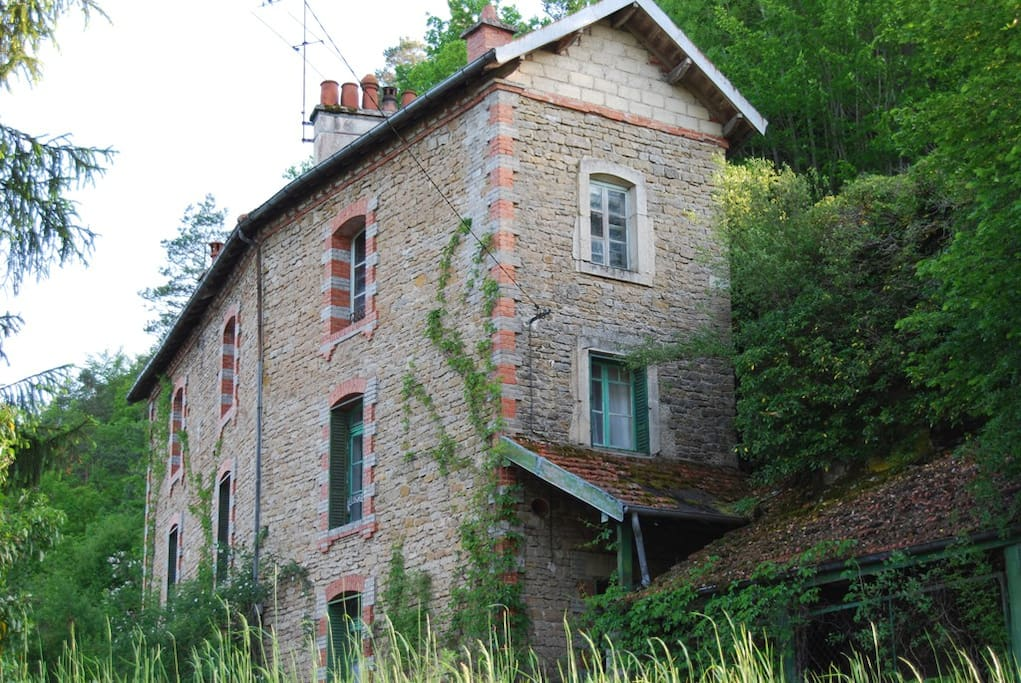 Moulin de Corde is nestled against a cliff-face in a rural setting on the edge of the village.