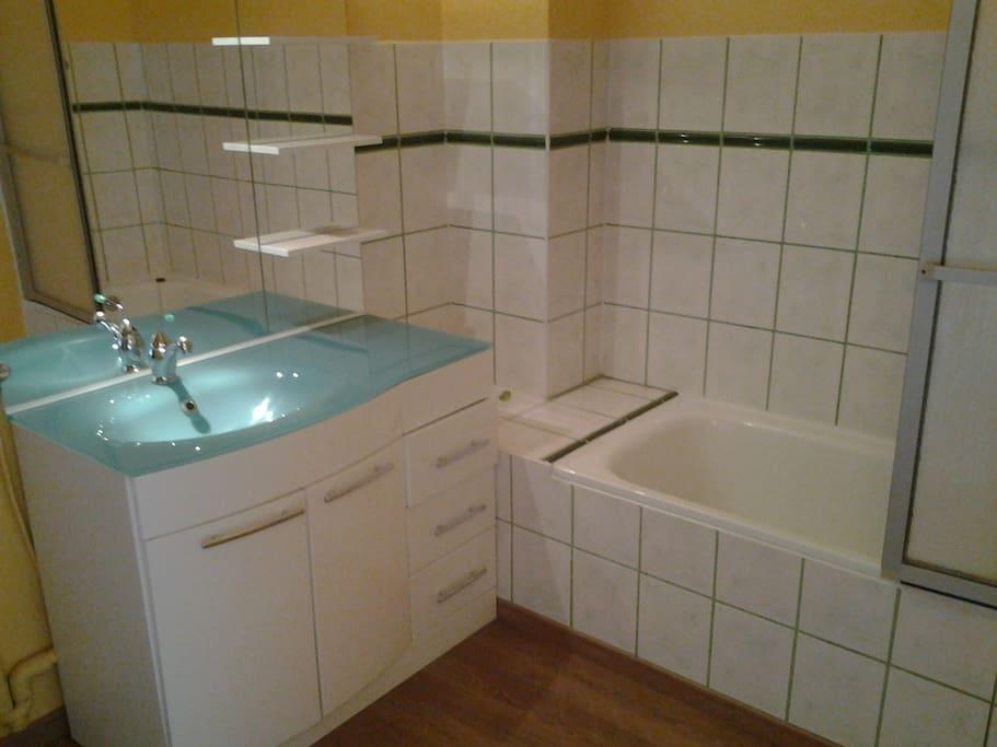 Salle de bains - baignoire et WC indépendant - Lave-linge