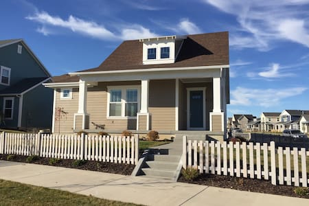 Designer Cottage by the Lake (Private Room - Loft) - South Jordan - Ev