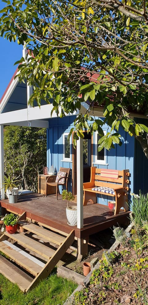 Kotare Cottage. Funky Tiny House in the City