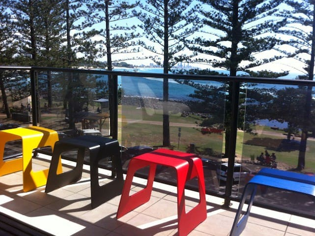 MODERN RENOVATED BEACHFRONT 2 BEDROOM UNIT - Burleigh Heads