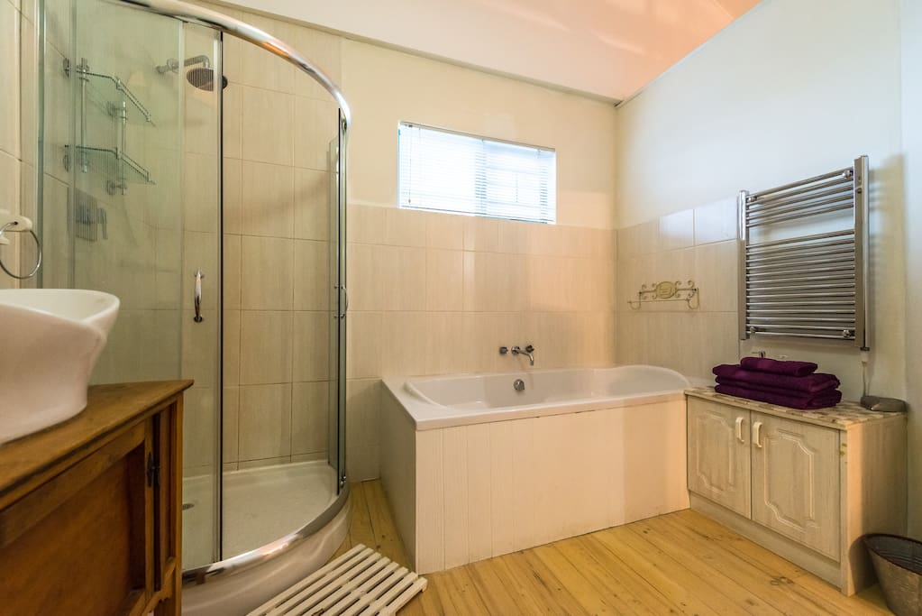 Loft Apartment: Full Bathroom