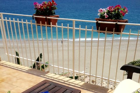 Taormina: Апартаменты  НА ПЛЯЖЕ с 2 террасами