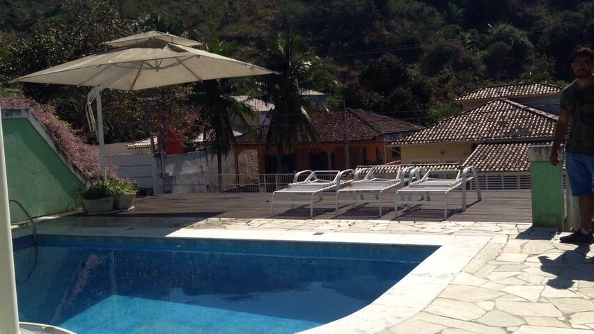 Casa c piscina,perto de vários lugares incríveis.