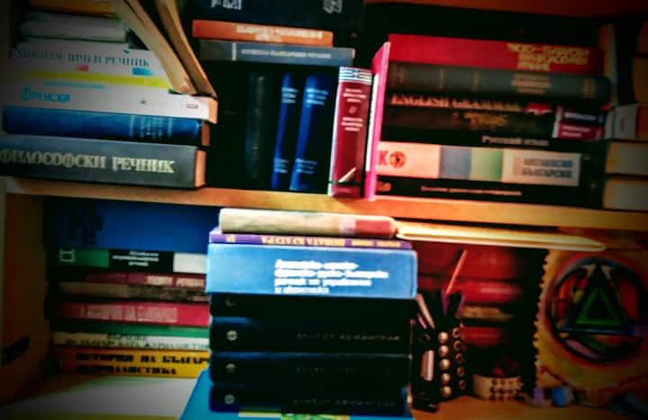 """Лилавата Книжарница """"За Книжките и Хората"""""""