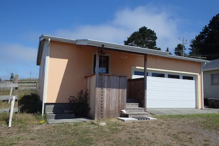 Private country bunkhouse 3 minutes from town - Eureka