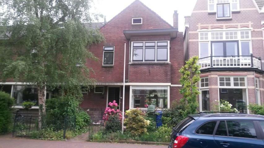 Big house next to train station - Alphen aan den Rijn - Casa