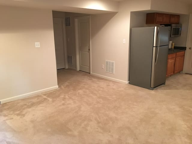 PRIVATE ENTRANCE , NICE BASMENT - Manassas