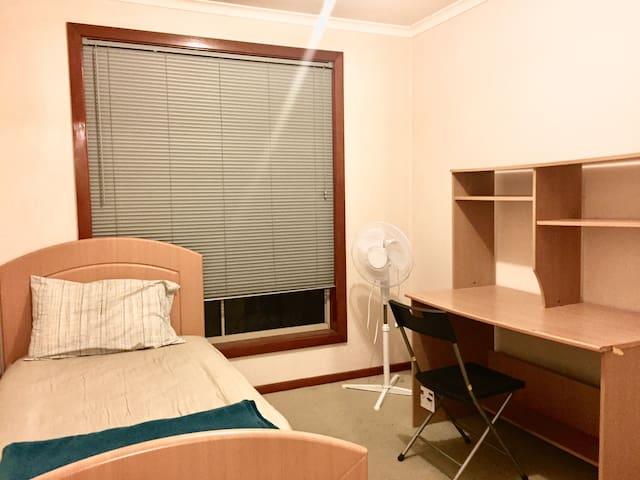 Cozy Room 房间 Close to Uni / Train/ Free WiFi #2