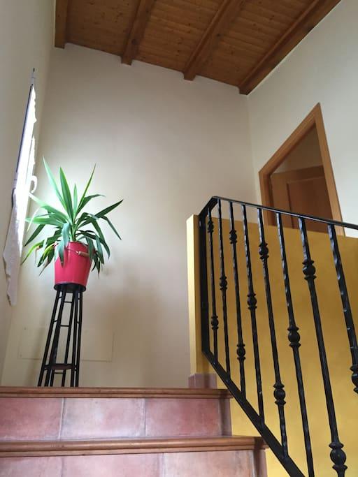 A la casa se accede desde una terraza de 12 m2 en la planta baja.