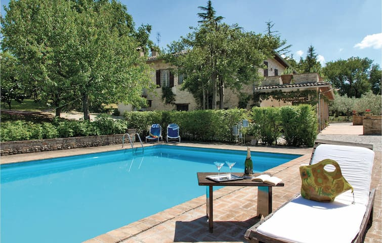 Holiday cottage with 4 bedrooms on 350 m² in Montefalco PG