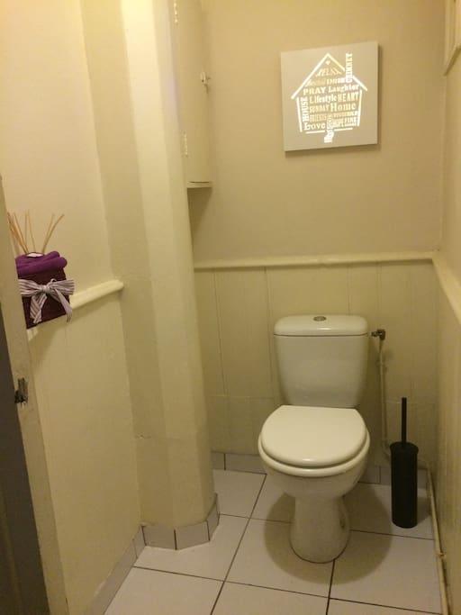 Toilettes séparées de la salle de bains.