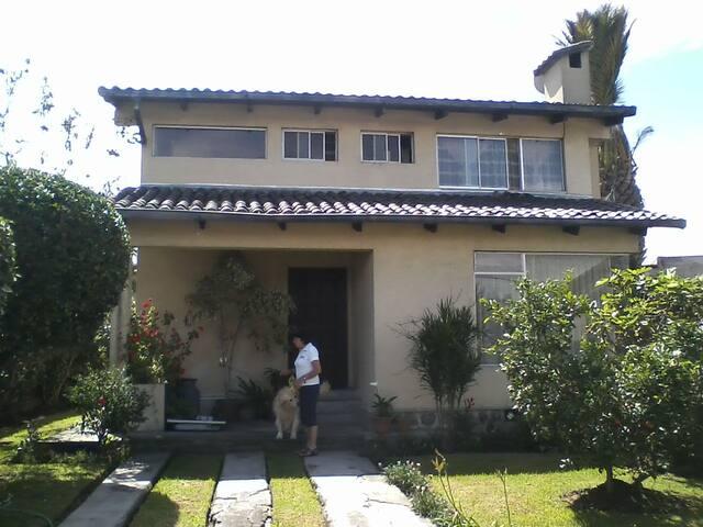 Habitación privada en casa de familia - Sangolquí - บ้าน