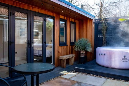 The Garden Hideaway with Hot Tub,  Parking & WiFi