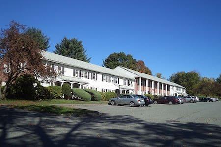 Crestview: Clean and modern student apt - Amherst - Huoneisto