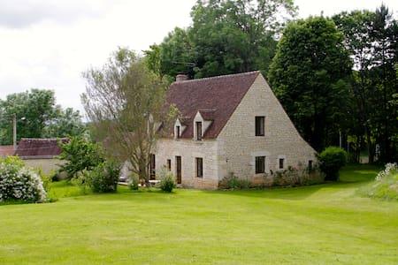 Maison de pierres avec lac et forêt - Fontaine-Simon