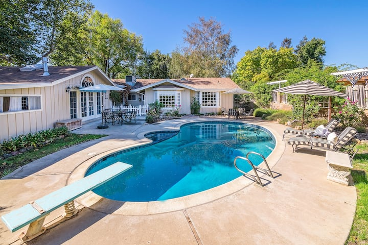 Luxe Cottage with Private Pool - Walk to Wineries