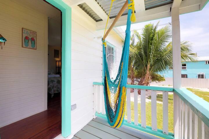 Colorful studio cabana w/essentials - walk to the beach