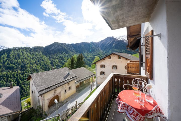 Zuhause im idyllischen Bergdorf Vnà mit Aussicht