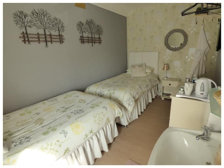 Bed & Breakfast Small Twin Private External B/room