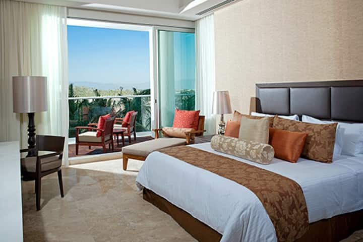 Luxury at the Grand Luxxe 2 bedrooms/2.5 bathrooms