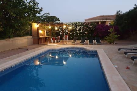Amplio chalet con piscina, afueras de Alicante