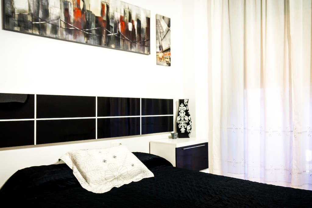 Tasteful New York Themed wall art and high quality queen size bed with matching furniture.