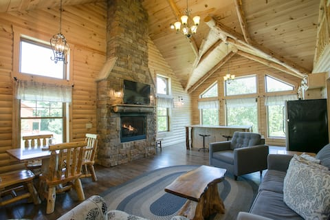 Luxury Cabin with Hot Tub, Kitchen, Living Room, Fireplace - Sleeps up to 6