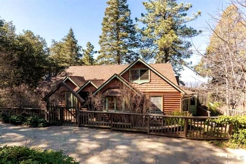 """""""Enchanted Cabin"""" in the Mountains @ Skylark Manor"""