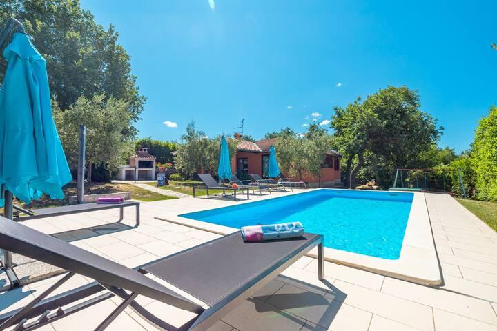 Holiday House Kosuta with Pool