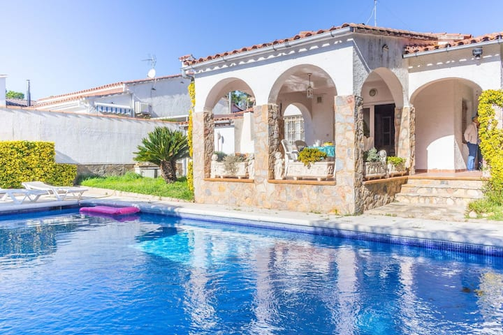 Holiday home with private swimming pool and spacious terrace on the Costa Brava