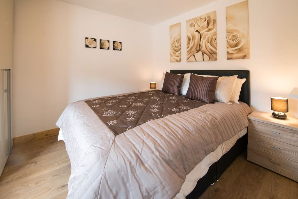 Master bedroom with 5ft king bed.