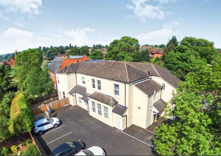 LUXURY APARTMENT BEWDLEY | SECURE GATED PARKING