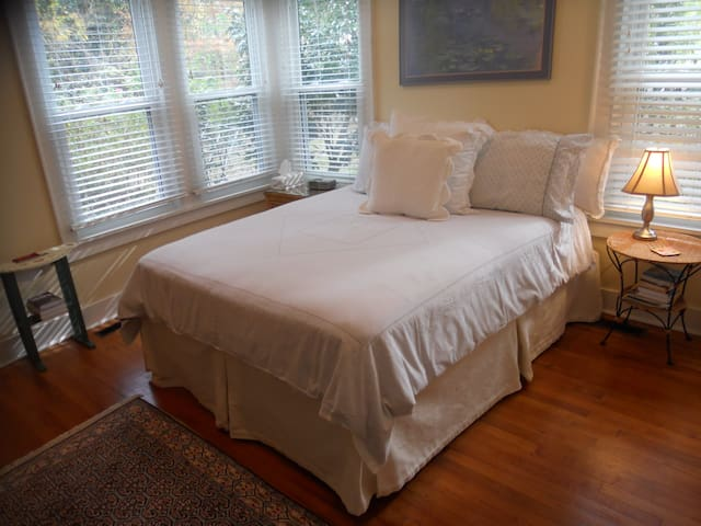 Queen Rm in Charming Cottage nr dwntwn waterfront - Beaufort