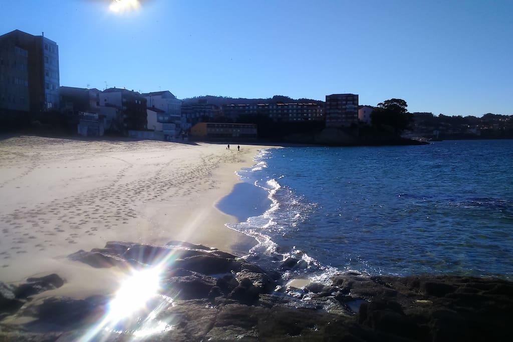 Desde la playa de Loureiro tienes esta estupenda perspectiva de nuestro edificio de apartamentos.