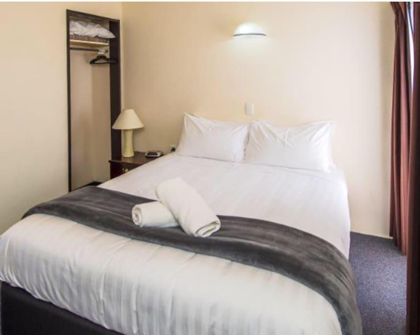 Queen bed, pillow top matress, electric blanket, 900grm dream pillows