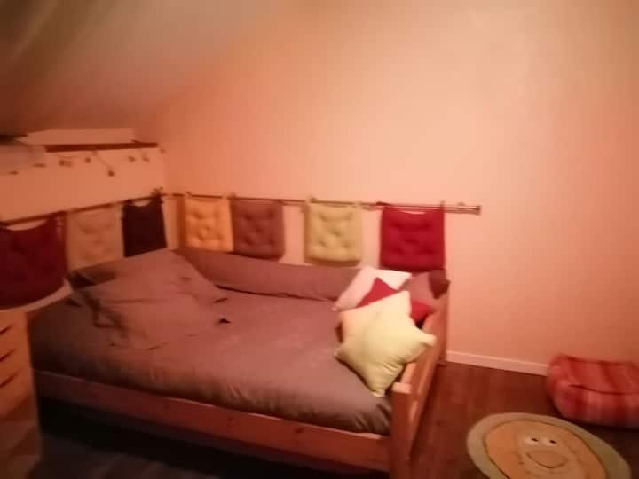 Chambre double et petit salon privé dans maison