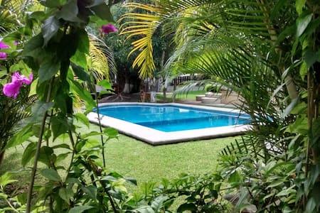 Casa con alberca y jardin cerca de Tequesquitengo