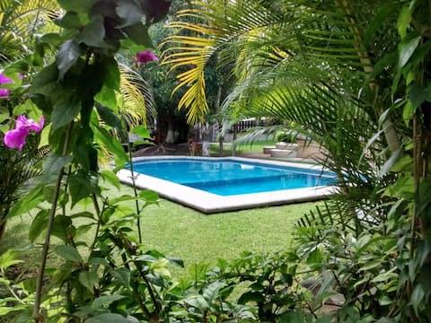 Casa con alberca y jardín  cerca de Tequesquitengo