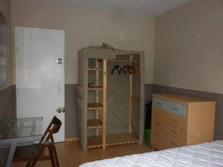 """chambre """"M"""" avec bureau, télévision"""