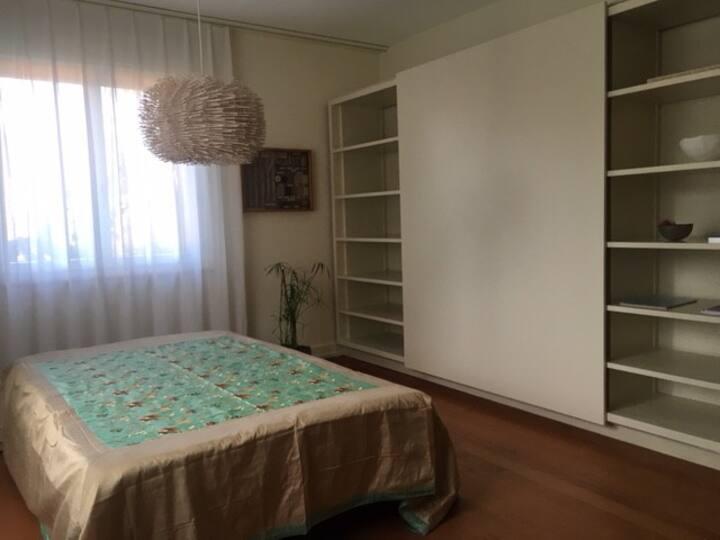 Stilvolles Zimmer in modern-gemütlichem Haus