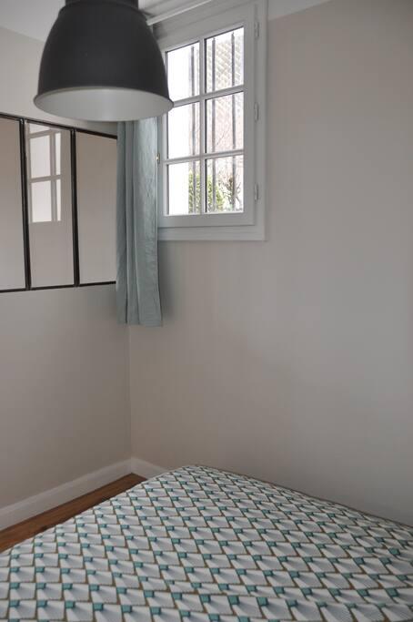 La 1ere chambre (9 m2) avec 1 lit double en 140 cm