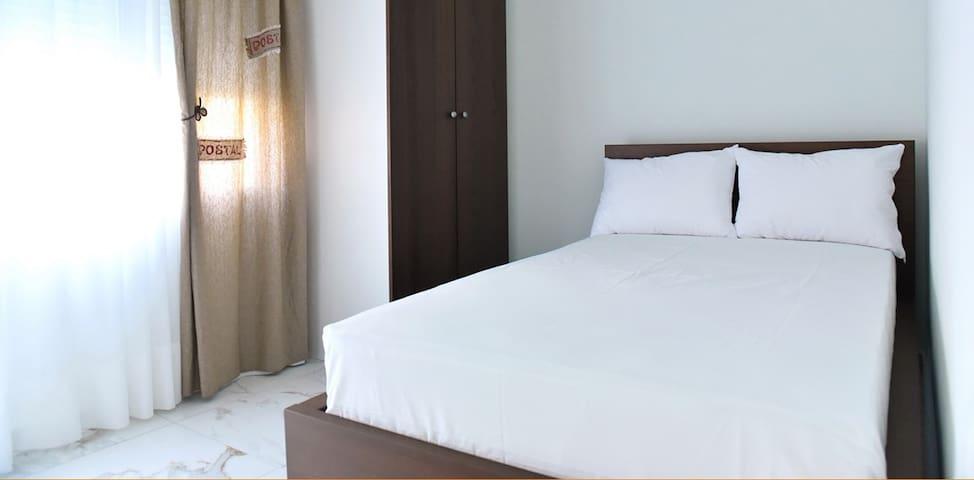 Δωμάτιο με διπλό κρεβάτι και ντουλάπα και βιβλιοθήκη