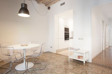 VALLS 2 -Antique & Modernist Apt-