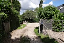 Dans la cour au bout du chemin il est possible de stationner une voiture, La Petite Maison est sur la droite.