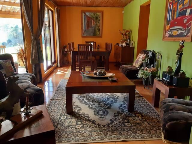 Pieza privada en amplia casa en Santa Cruz