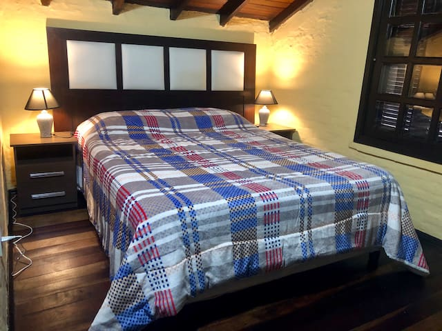 dormitorio con cama matrimonial en planta alta