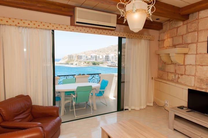 High standard seafront Marsalforn, lift,A/C ,wifi - Żebbuġ