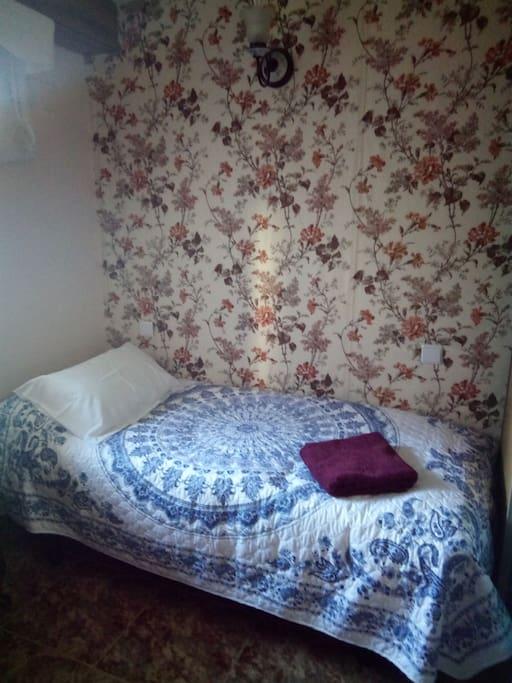 Una habitación con encanto, buena iluminación y cama confortable