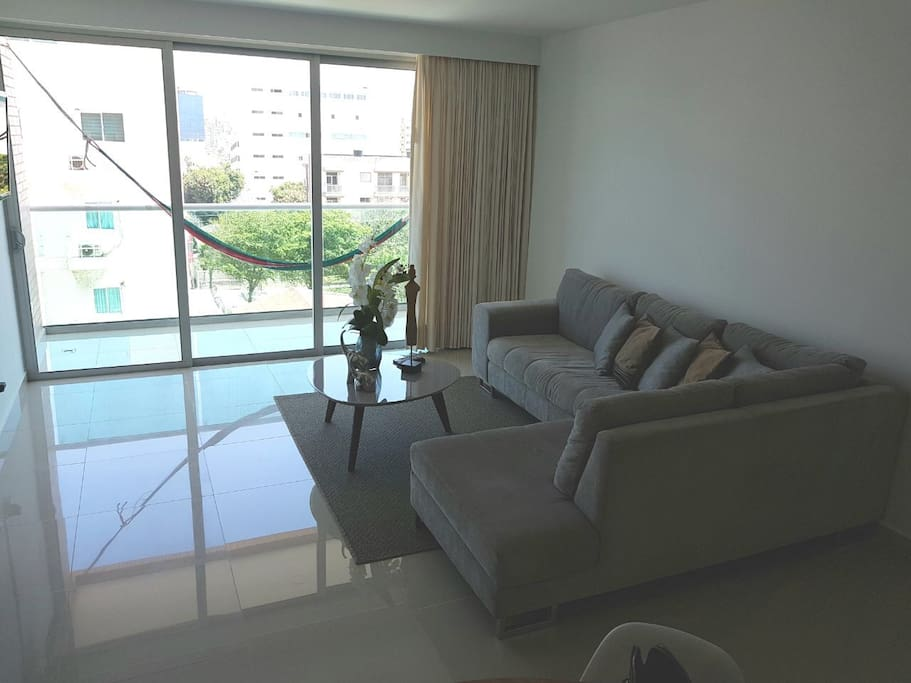 Living room with couch & Flat Screen TV / Sala con sofá y TV Flat Screen